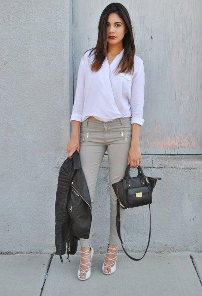vit blus med grå skinny jeans och remmar i klackarna