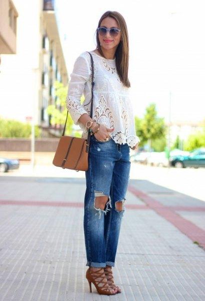 vit långärmad blus med rippade jeans och röda snörskor med snörning