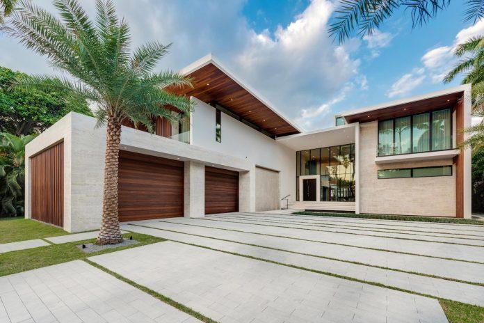 Tropisk samtida stil som kombinerar modern design med varm.