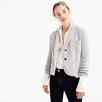 ljusgrå tröja med vit skjorta och svarta skinny jeans