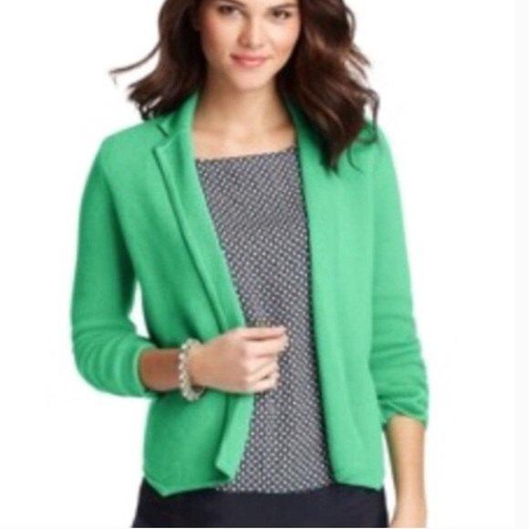 ljusgrön ullblazer med svartvitt tryckt blus