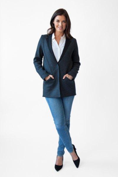 Mörkblå tröja med vit skjorta och ljusa jeans