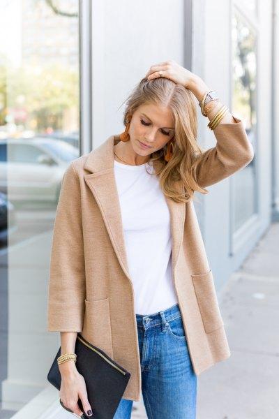 blush rosa ulltröja blazer med vit t-shirt och blå slim fit jeans