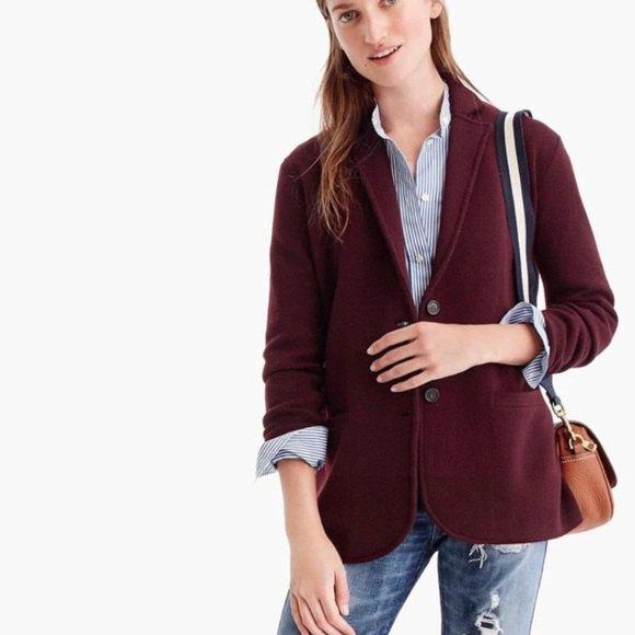 mörkbrun tröja kavaj med en blå och vit randig skjorta med knappar