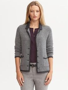 grå jacka med svart blus och ullbyxor