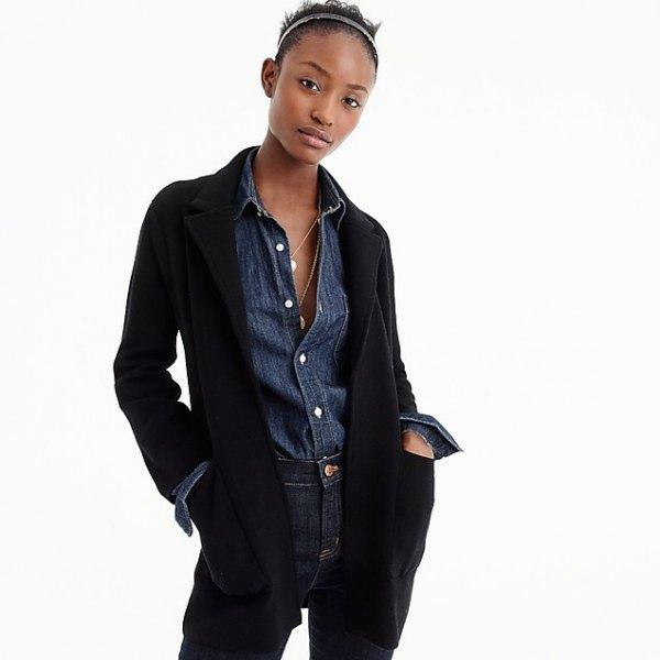 svart kavaj med blå chambray-skjorta med knapp