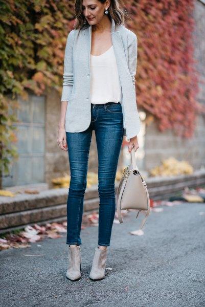 Ljusgrå kavaj med vit linne med en urringning och korta jeans