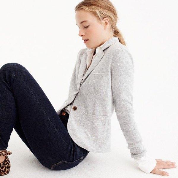 ljusgrå jacka med vit, smalskuren skjorta och mörkblå skinny jeans