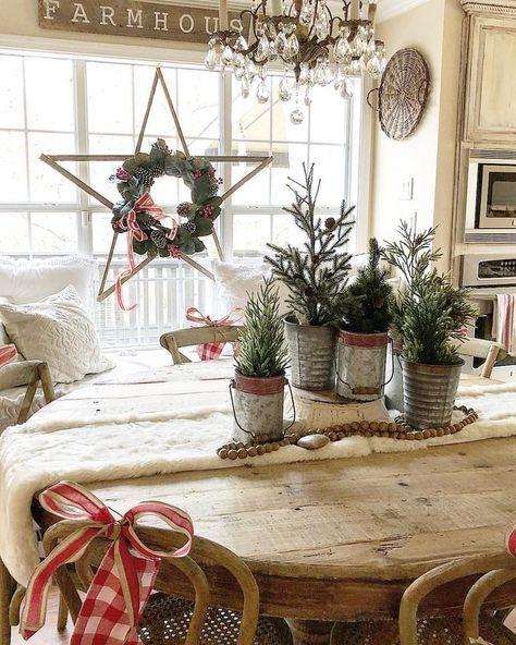 Rustik stjärna med en julkrans.  Farmhouse Decorating Ideas.