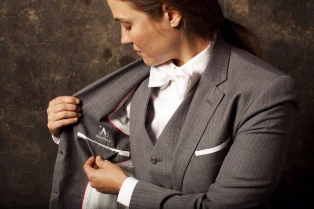grå rutig kostym med matchande väst och vit fluga