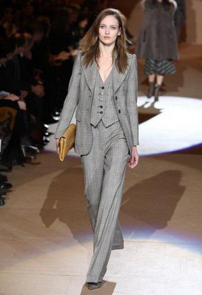 grå rutig kostym med vidbyxor och handväska i brunt läder
