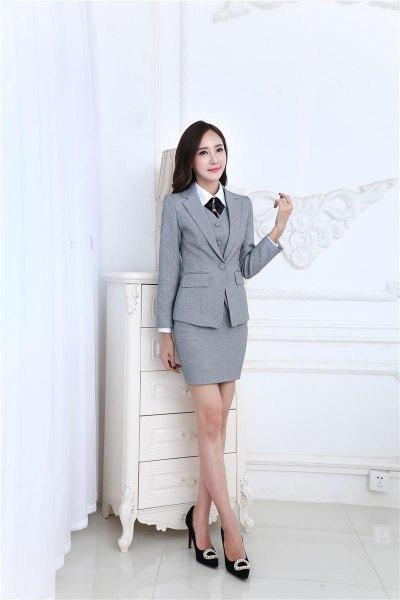 grå 3-delad kjolsvit med vit skjorta och svart slips