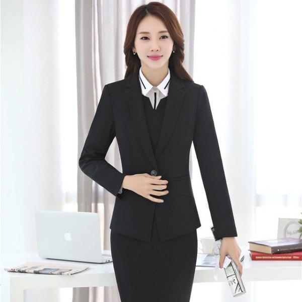 svart kavaj med blyerts kjol och väst med V-ringning