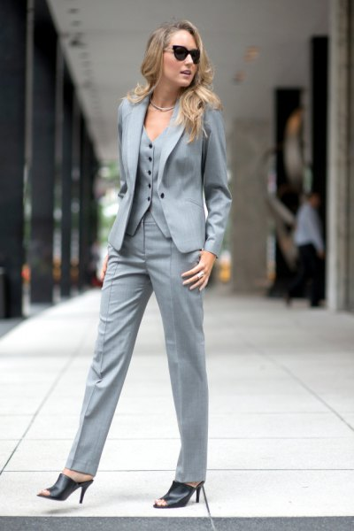 grå 3-delad kostym utan skjorta