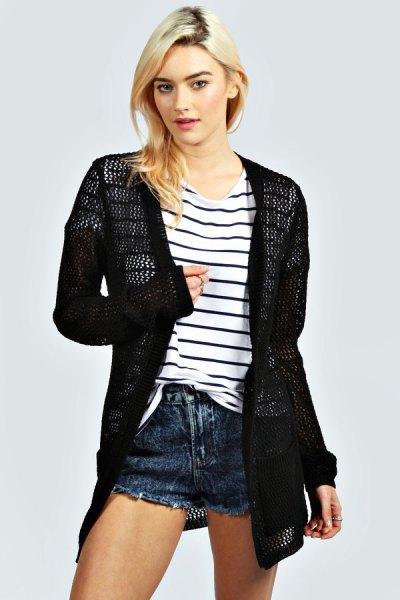 svart virkad kofta randig t-shirt jeansshorts