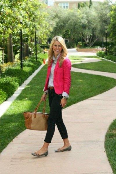 rosa kavaj med ljusblå skjorta med knappar och svarta skinny jeans