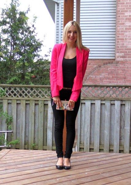 rosa kavaj med en helt svart outfit