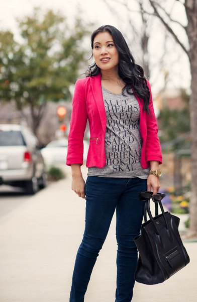 T-shirt med grått tryck, rosa kavaj och svarta, smala chinos