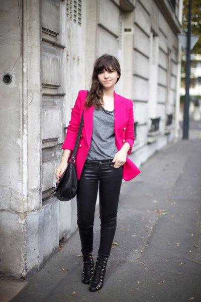 rosa, lite överdimensionerad blazer med grå t-shirt och läderbyxor