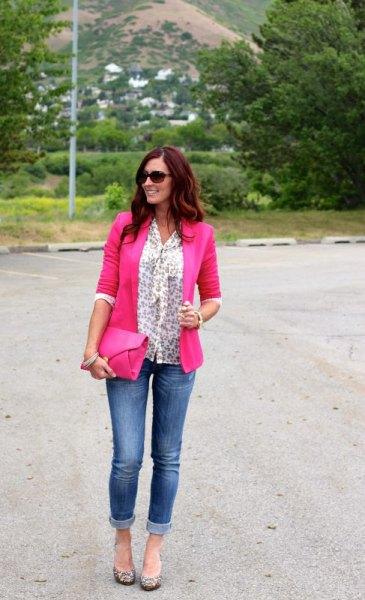 Blus med vit rosett och neonrosa kavaj och jeans