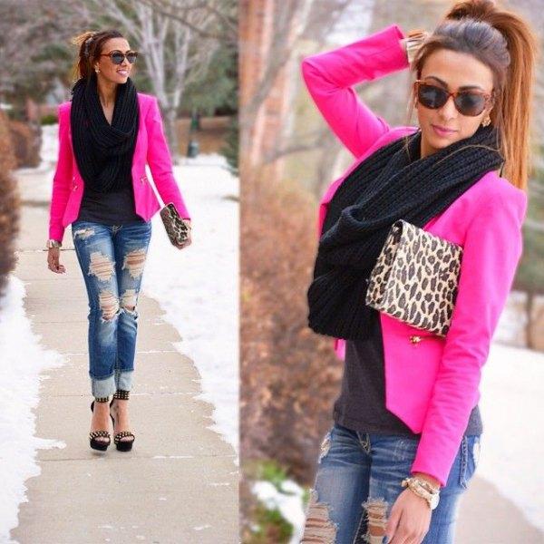 rosa kavaj med leopardmönster och rippade jeans
