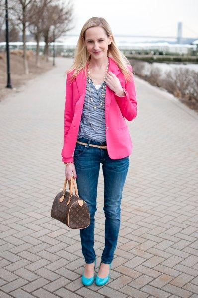 rosa kavaj med en blå prickblus med V-ringning och smala jeans