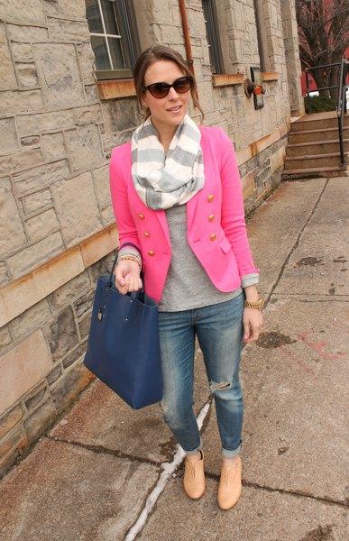 rosa kavaj med grå tröja och randig halsduk
