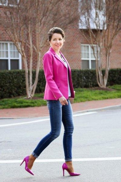 rosa kavaj med himmelblå blus och smala jeans