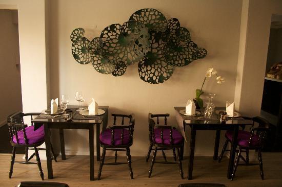 Stort rum på övervåningen med konstverk av thailändsk samtida konstnär.