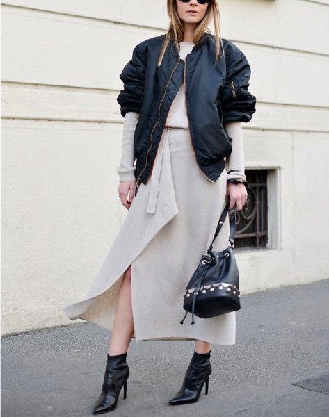 Ljusrosa maxi-omslags kjol med svart casual jacka
