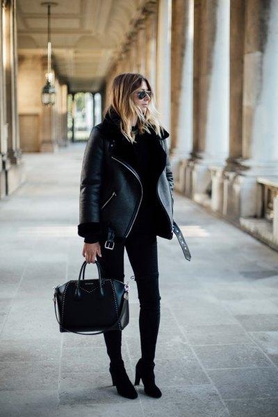 svart jacka med smala jeans och stövlar med fotled