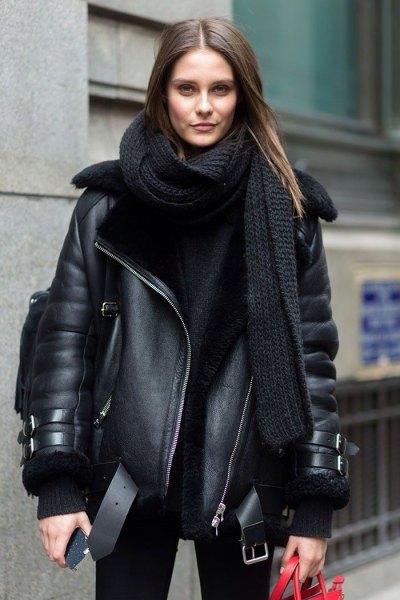 svart läderflygjacka med lång stickad halsduk