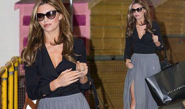 Abbey Clancy svart omlott topp grå maxi veckad kjol