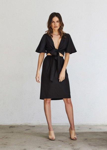 Kort, knälång kjol med svart omslagstopp