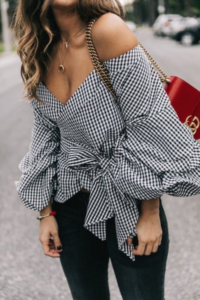 svartvitt rutigt bälte med off-the-shoulder blus