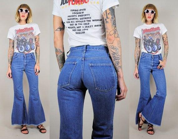 T-shirt med vitt tryck och blå jeans med hög midja