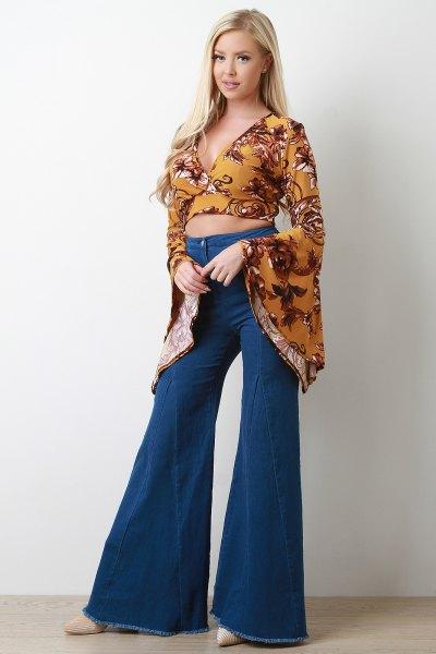 Senapsgul tryckt, kort snittblus med klockärmar och flared jeans