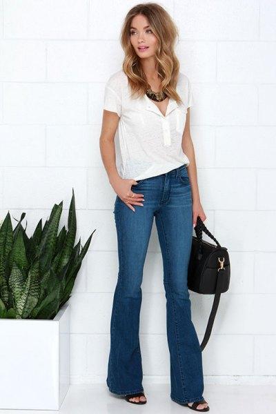 vit pikétröja med blå utsvängda jeans och klackar med öppen tå