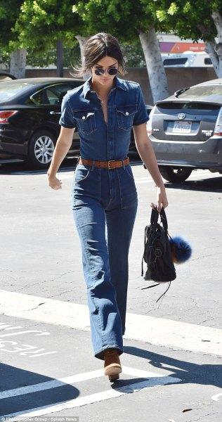 blå chambrayskjorta med knappar och jeans med hög midja och klockbotten