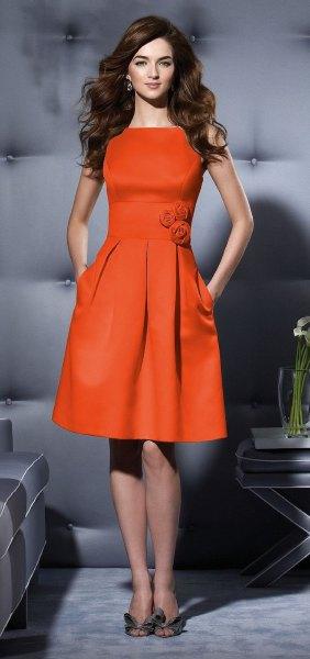 Blommabälte gjord av en orange skaterklänning