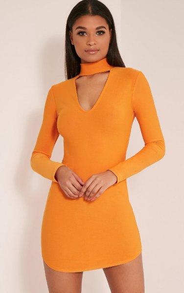 orange-färgad, figur-kramande miniklänning med chokerringning