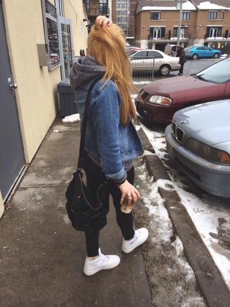 blå jeansjacka med grå huvtröja och svarta skinny jeans