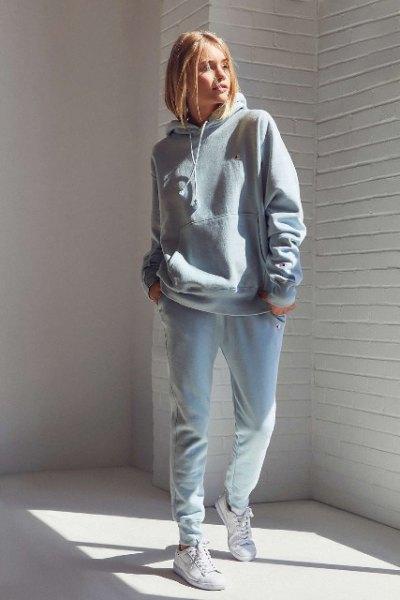 ljusgrå tjock tröja och ljusblå pojkvänjeans