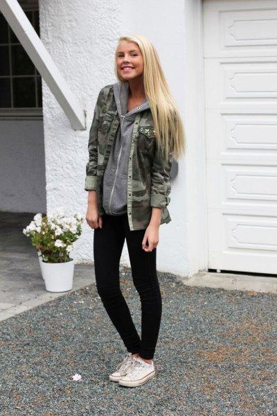 Camojacka med huvtröja och svarta skinny jeans