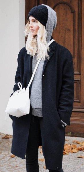 grå huvtröja med svart stickad mössa och lång ullrock