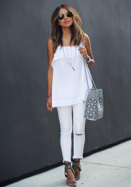 vit chiffongtopp med spagettiband, jeans och svarta sommarsandaler med klackar
