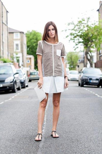 grå topp med vit minirater kjol och svarta flip-flops