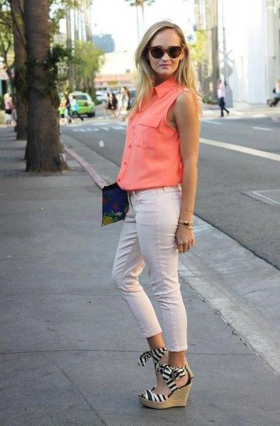 Orange ärmlös skjorta med knappar och vita slim fit-byxor