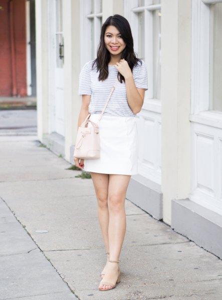 ljusgrå randig t-shirt med vit minikjol