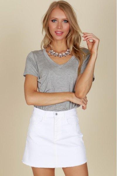 grå t-shirt med minikjol med hög midja
